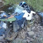 Mi bmw g650x rodeada de agua y piedras